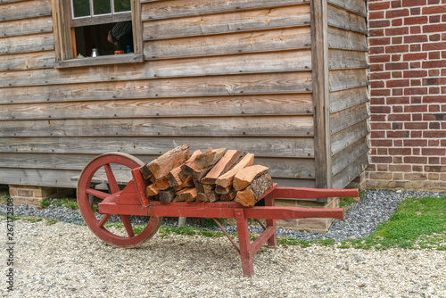 Fotografia Historical wheel barrow holing wood for the fire place.