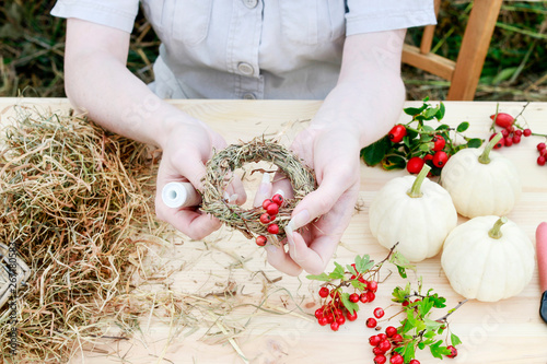 Fototapeta How to make hay wreath decorated with hawthorn berries and rose hip, tutorial