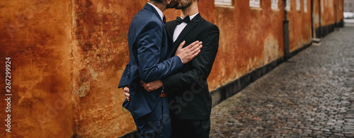 Canvas Print Gay couple walking around the city.