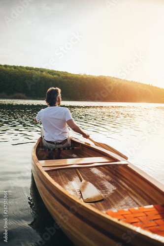 Photo Canoeist paddling the wooden boat