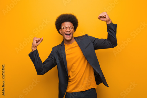 Stampa su Tela Young business african american man over an orange wall who does not surrender