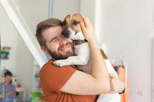 Photo Animal, pet and people concept - Smiling man in casual mustard t-shirt with his