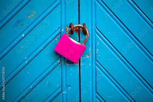 Leinwand Poster Candado fucsia sobre puerta azul