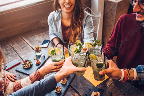 Photographie Happy friends drinking mojito at bar restaurant