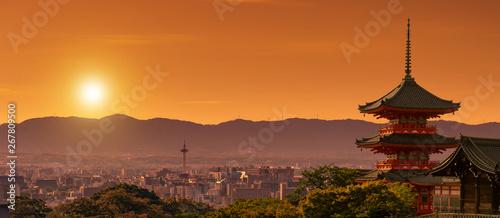 Fototapeta premium Kapliczka Kiyomizudera na pierwszym planie, pejzaż Kioto o zmierzchu