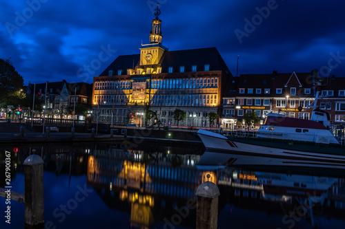 Fotografiet Rathaus Emden bei Nacht