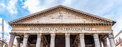 Foto Roman Pantheon - detailed front bottom view of entrance with columns and tympanum