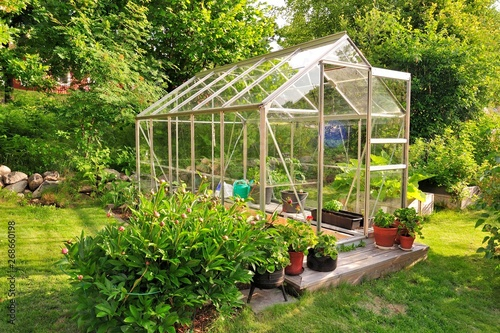 A garden center greenhouse with a colorful display of potted plants and flowers Fototapet