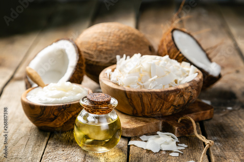 Foto MCT coconut oil concept - coconuts, butter and oil on wood background, copy spac