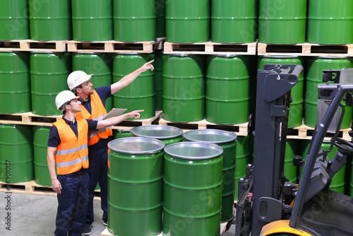 Foto Arbeiter in einem Warenlager mit Gefahrgut - Ölfässer im Chemiewerk