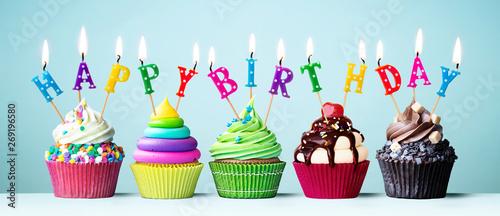 Photo Colorful happy birthday cupcakes