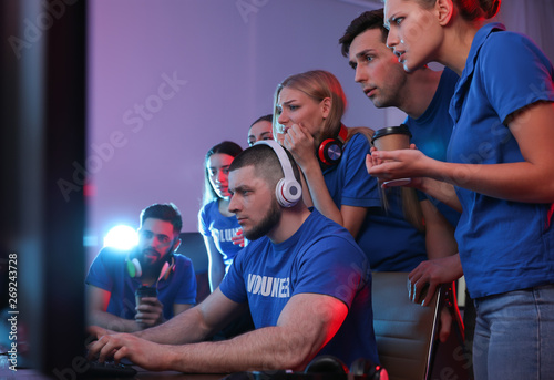 Photo Young people playing video games on computers indoors