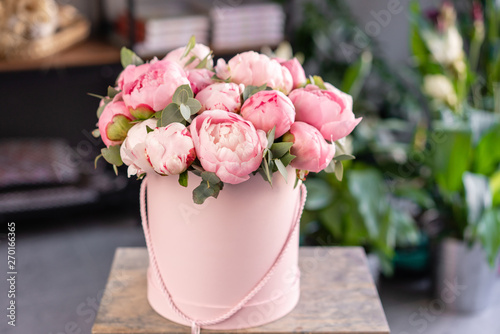 Fotografia Pink peonies on the old grey table