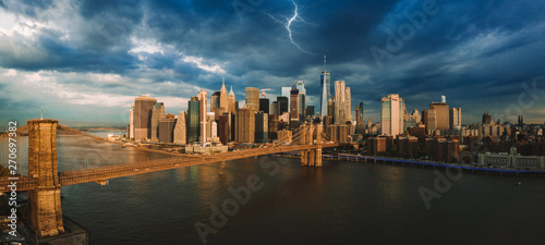 Obraz na płótnie Panorama of the lightning over Manhattan island and Brooklyn bridge during stormy sunset