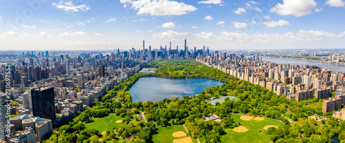 Widok z lotu ptaka Central Park, Manhattan, Nowy Jork. Park otoczony jest wieżowcem. Piękny widok na zbiornik Jacqueline Kennedy Onassis w centrum parku.
