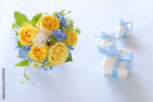 Leinwand Poster バラの花束とプレゼント
