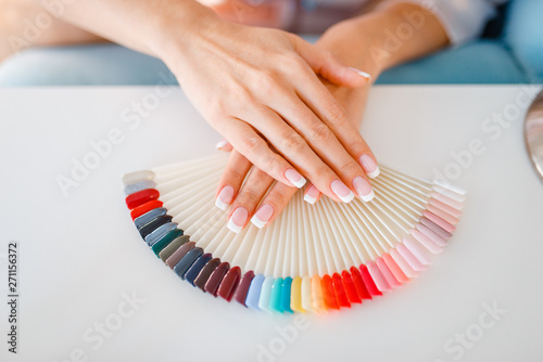 Valokuva Female hands and colorful nail varnish palette