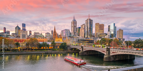 Fototapeta premium Panoramę miasta Melbourne o zmierzchu w Australii