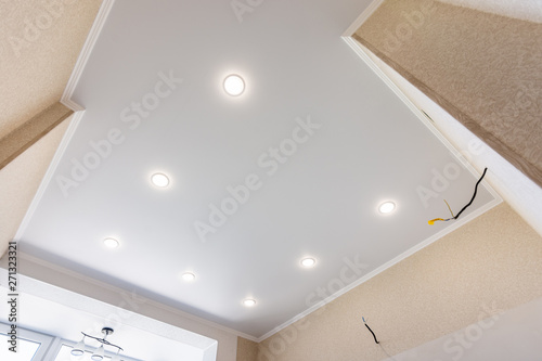 Carta da parati Stretch ceiling in the kitchen with installed and included spotlights