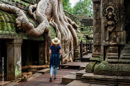 Fototapeta premium Siem Reap, Kambodża, podróżnik zwiedzający świątynię Ta Prohm w Angkor