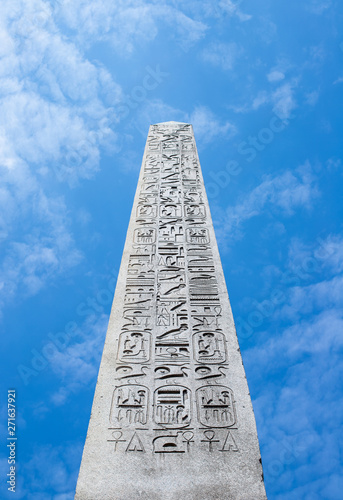 Fotografia The Luxor Obelisk against blue sky in Paris, France