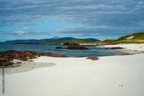 Fotografia Beautiful Unspoilt White Sand Beach on an Island in Scotland
