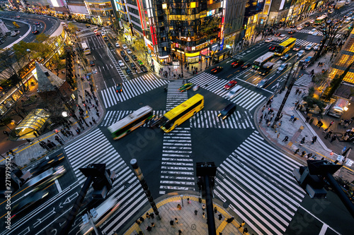 Foto Aerial view of intersection in Ginza, Tokyo, Japan at night.