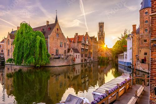 Fototapeta premium Klasyczny widok na historyczne centrum Brugii (Brugge), prowincja Flandria Zachodnia, Belgia. Zachód słońca pejzaż Brugii.