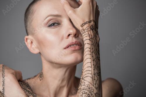 Fotografia, Obraz Skinhead woman portrait with mehendi on an arm