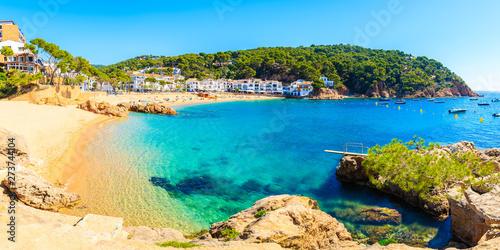Fotografia Panorama of amazing beach in Tamariu fishing village, Costa Brava, Spain
