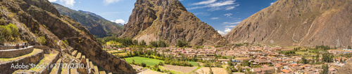 Photo View from Pumatallis terraces, in the Ollantaytambo archaeological site, of the inca town
