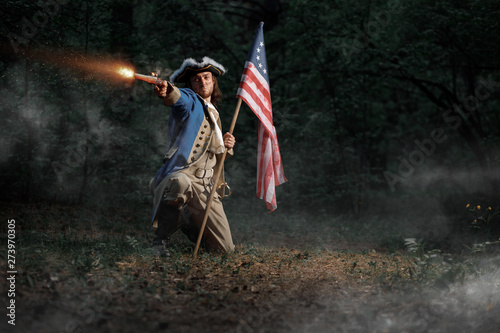 Obraz na plátne Man dressed as soldier of War of Independence United States aims from pistol wit