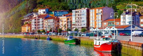 Pueblo de Ribadesella en Asturias, España.Barcos pesqueros en el puerto y paseo maritimo