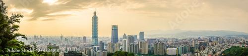 Fototapeta premium Panoramiczny piękny krajobraz i pejzaż budynku i architektury Taipei 101 w panoramie miasta o zachodzie słońca na Tajwanie