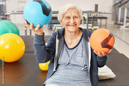 Photographie Senior woman balances balls in occupational therapy