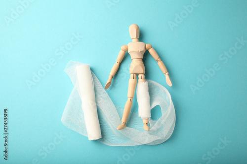 Fotografia Figure of man with leg wound and white gauze bandage