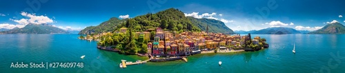 Photo Aerial view of Varena old town on Lake Como with the mountains in the background