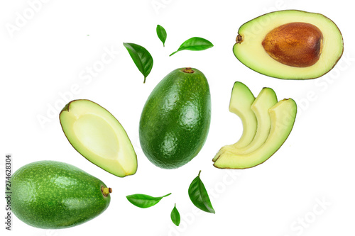 Foto avocado and slices decorated with green leaves isolated on white background