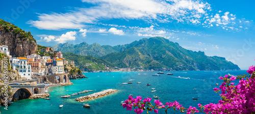 Krajobraz z Atrani miasteczkiem przy sławnym Amalfi wybrzeżem, Włochy