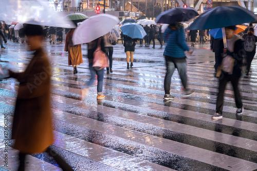 Rainy night at Shibuya Crossing in Tokyo 雨の夜の渋谷スクランブル交差点 Fototapete