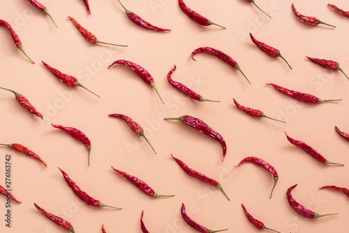 Fotografía Flat lay dried red chili peppers pattern on a pink peach color background
