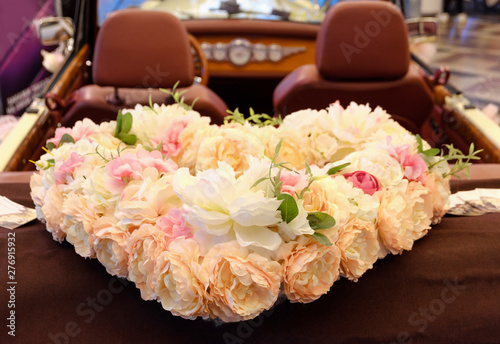 Photo white car decorated with a heart of the flowers