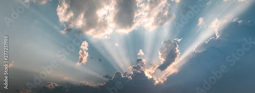 Fotografia Epic cloudy sky holy sun light beams