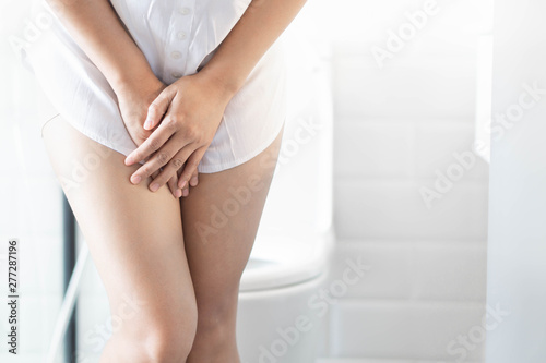 Valokuva Close up woman stomachache with toilet in the morning, health care concept, sele