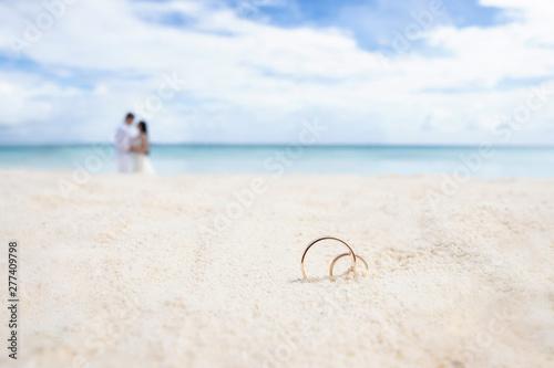 Obraz na płótnie Wedding rings on the white sand