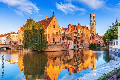 Fototapeta premium Brugia, Belgia. Kanał Rozenhoedkaai w Brugii z dzwonnicą