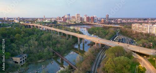 Fotografia Sunrise Comes Lighting the Roads and Buildings of Richmond Virginia USA