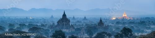 Bagan panorama przy nocą z złotą Shwezigon pagodą, Myanmar