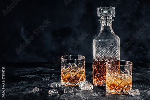 Stampa su Tela Glasses of the whiskey with a square decanter