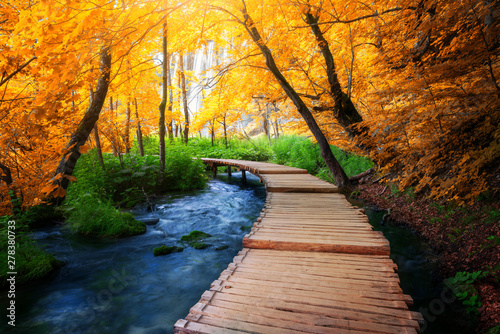 Foto Beautiful wooden path trail for nature trekking with lakes and waterfall landscape in Plitvice Lakes National Park, UNESCO natural world heritage and famous travel destination of Croatia